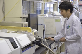 Professor Nishimoto works with differential scanning calorimetry.