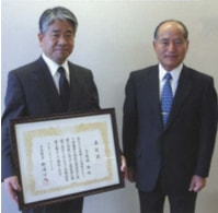 Toru Katouno (left) with his Contemporary Master Craftsman award and President Hayashi (right)